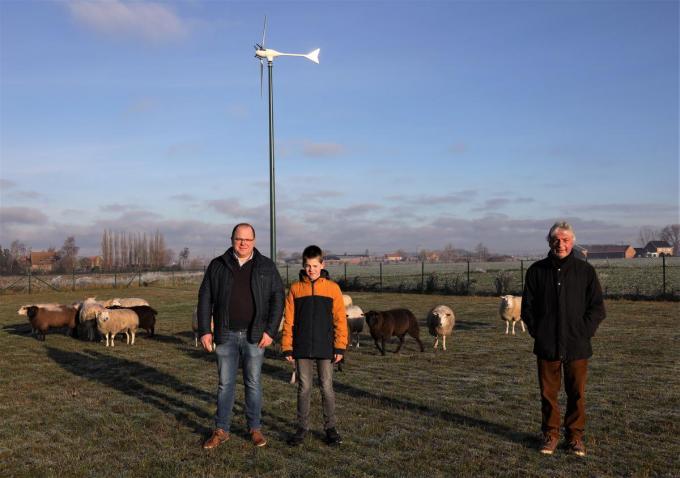 Ook Pieter Timmerman, op de foto met zijn zoon, kiest voor een windmolen op zijn landbouwbedrijf. Schepen Marc Deprez (rechts) gaf zelf het goede voorbeeld.© MVO