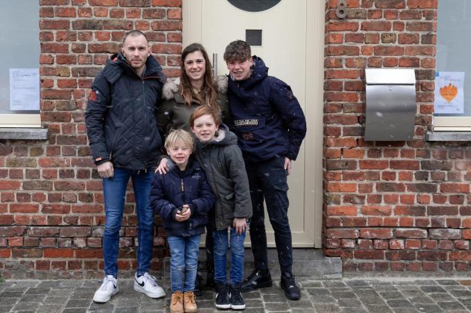 We zien Grégory Vandekerkhove en Aurélie Taecke met hun drie zonen Guitan, Ilán en Baptiste voor de deur van hun huis in de Smissestraat. (Foto KLD)©Kurt Lapere