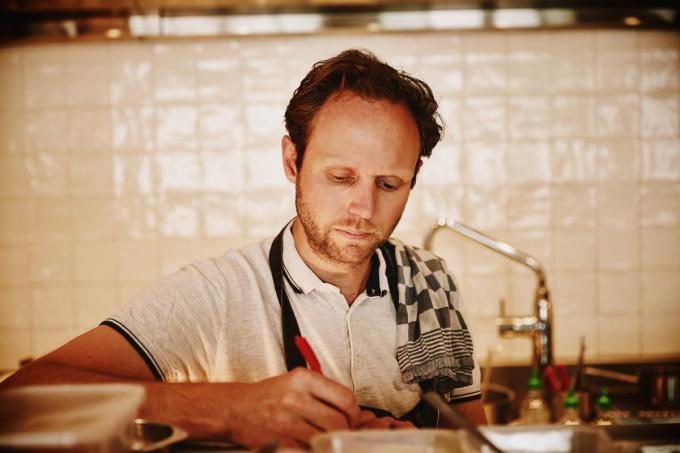 Dankzij chef Matthias Speybrouck krijg je een gezellig aperitiefmoment. (Foto Westtoer)