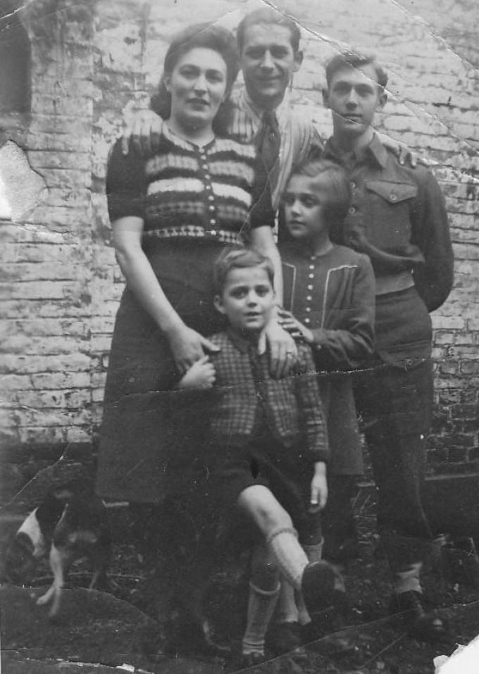 De jonge Nelly Lemahieu en haar gezin en de Britse soldaat Len Brereton.© Talbot House