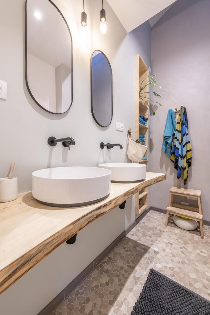 Badkamerspulletjes zitten netjes verstopt in de wand achter de ingebouwde spiegels.©Pieter Clicteur;Pieter Clicteur