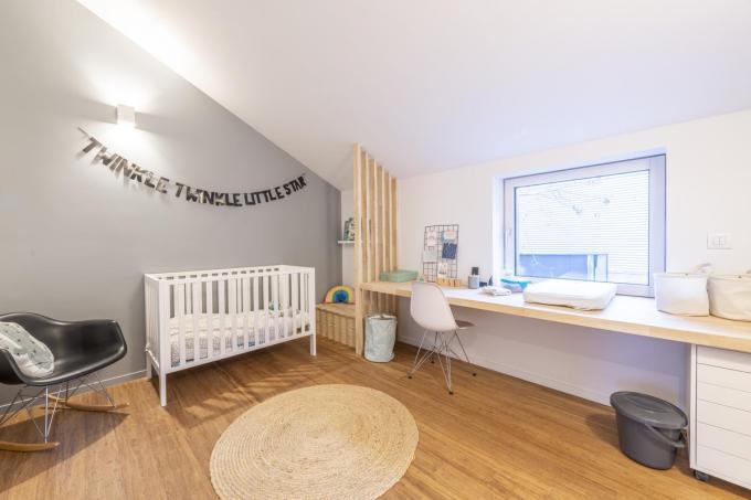 Aan de aan de muur bevestigde brede plank in de slaapkamer van Lise wordt nu geknutseld en getekend, later misschien gestudeerd.©Pieter Clicteur;Pieter Clicteur