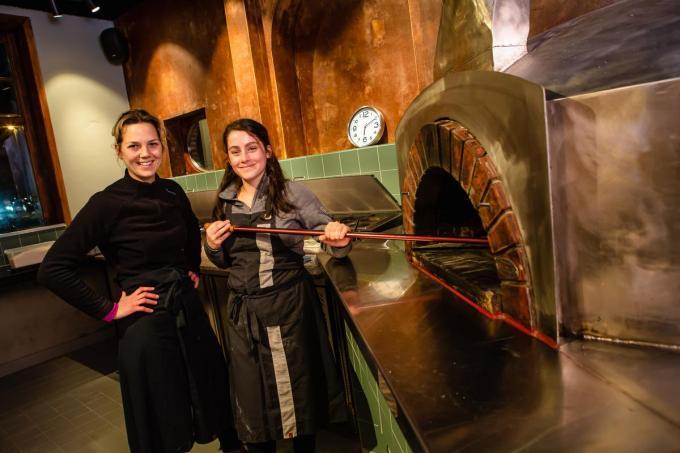 Jinsy Verscheuren en Celine Pille bij de houtgestookte pizza-oven van Pizza Onesto. (foto Davy Coghe)©Davy Coghe Davy Coghe
