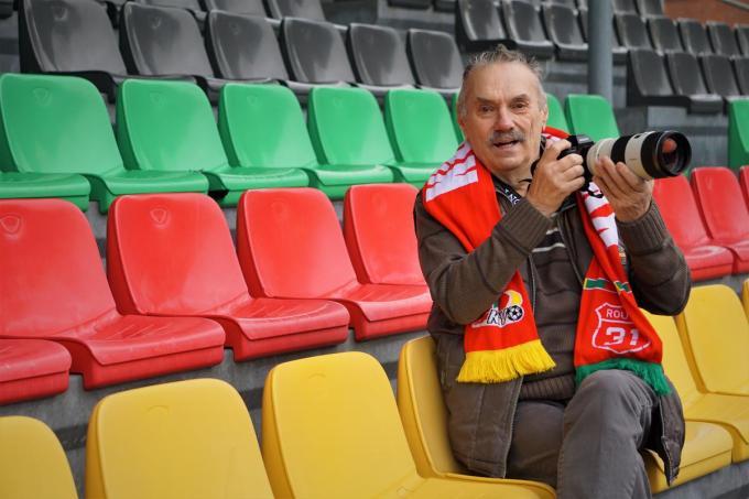 Martin Defour staat op elke match van KVO paraat met zijn fototoestel.© TVA