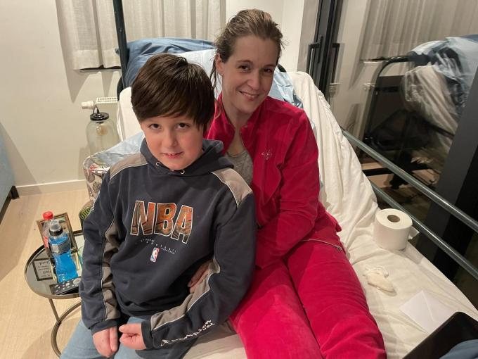 Gilles is blij dat zijn mama weer thuis is. Zijn broertje René moet nog wat langer in het ziekenhuis blijven.© TP