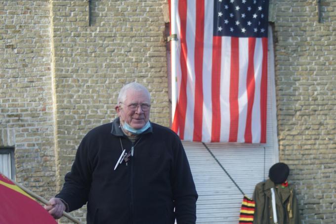 Aan de gevel van de woning van pastoor op rust Michel Nuttens is te zien dat hij de gebeurtenissen van deze week in Amerika met belangstelling volgt.© AB
