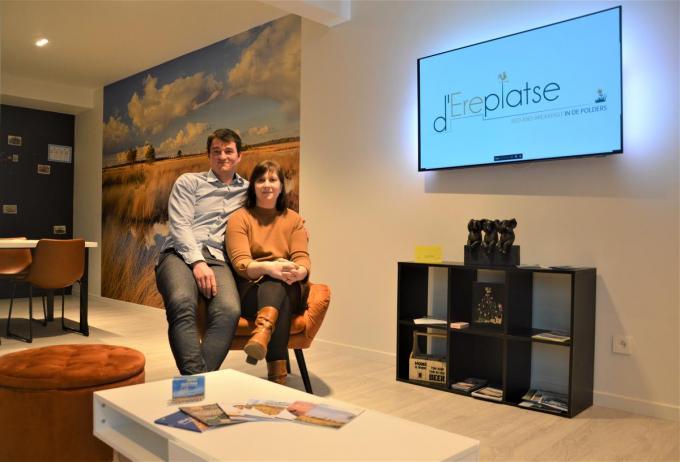 """Chris Dehulster en Annelies Declercq in hun nieuwe B&B d'Ereplatse: """"Onze B&B ligt pal onder de kerktoren, recht tegenover het dorpspleintje. De gasten krijgen hier dus echt een ereplaatsje.© WK"""