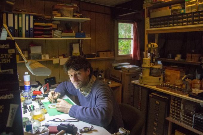Ruben Decloedt heeft in het weekendhuisje in Merkenveld ook zijn eigen atelier waar hij horloges herstelt.© BC