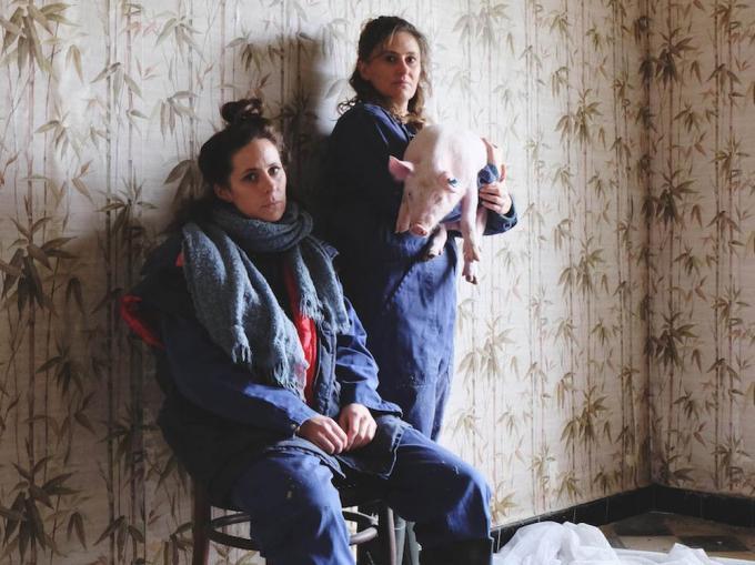 Janne Desmet (rechts) speelde vorig jaar de theaterproductie 'Zwins' met Lien De Graeve (rechts) (Foto Het Eenzame Westen)