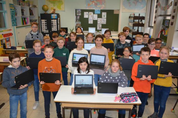 Leerlingen van basisschool De Toekomst kregen 30 nieuwe Chromebooks. (gf)