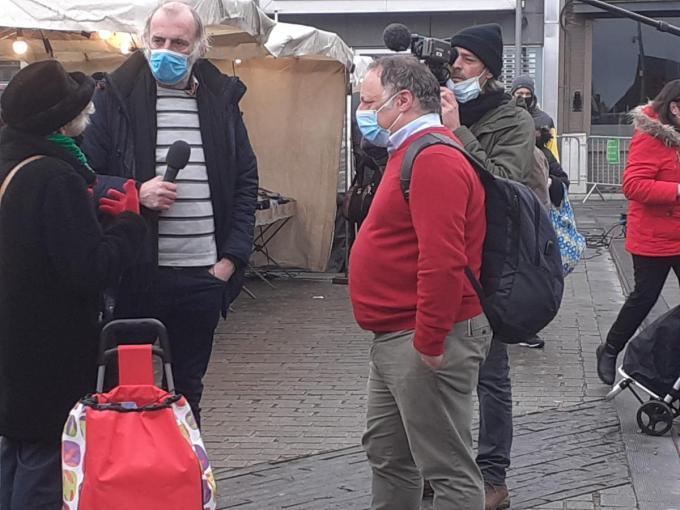 Marc Van Ranst werd op de Izegemse markt ook geïnterviewd door het Filou-team. Je herkent ook acteur Sam Louwyck als interviewer. Voor wie de viroloog nog niet zou kennen: Marc Van Ranst is de man met de rode trui.