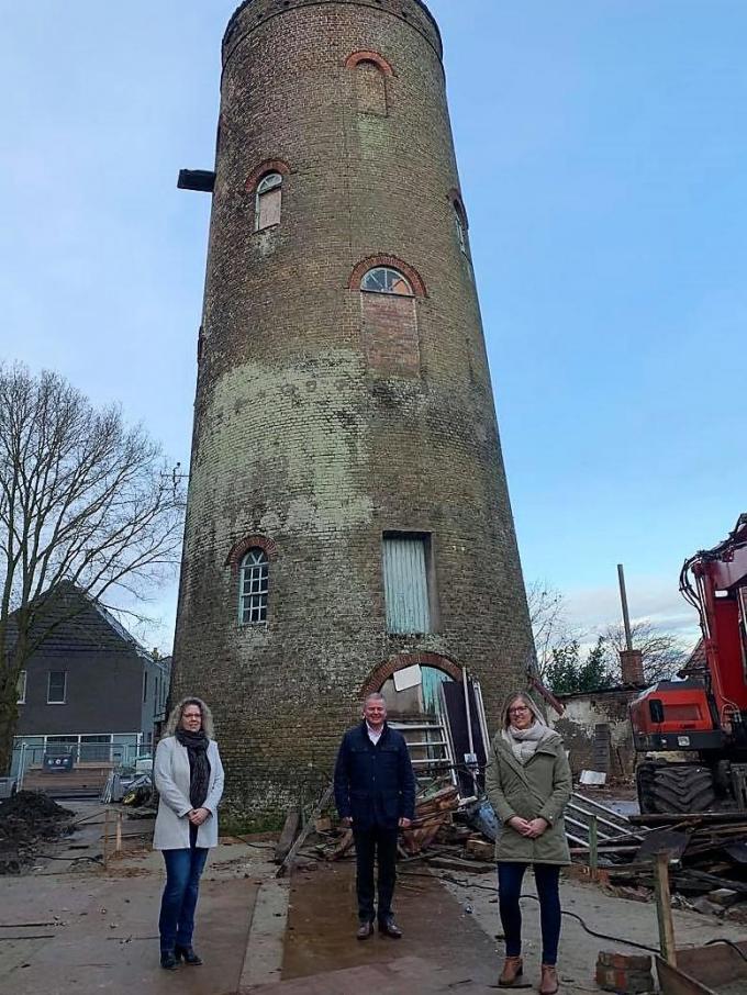 Directeur van WoonWel Evi Jordens, burgemeester Anthony Dumarey en voorzitter WoonWel Romina Vanhooren bij de molen op de site Acke. (foto LIN)© foto LIN