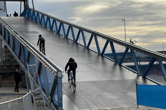 Enkele jonge renners mochten woensdag al eens proeven van de imposante brug waar de renners over moeten. Worden zij de laatste die de brug over reden?© foto JRO