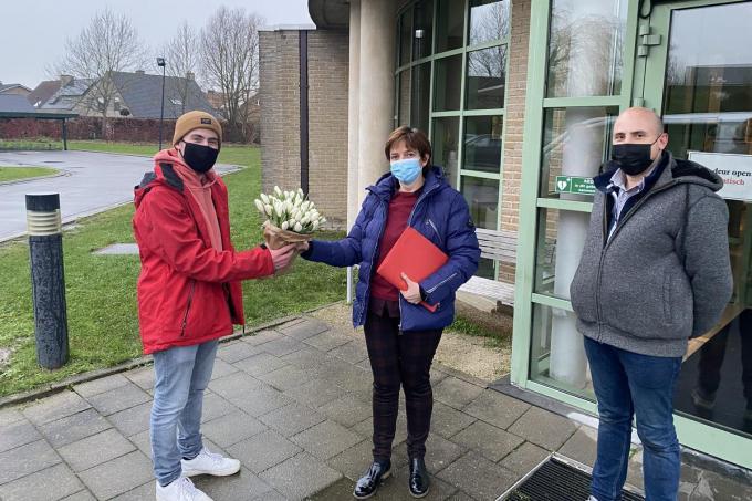 De tulpen werden geschonken aan het WZC Deken Darras.© GF