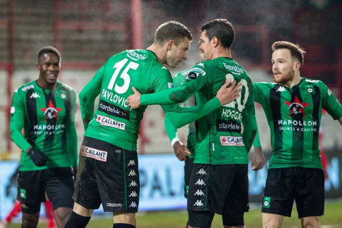 Strahinja Pavlovic krijgt felicitaties van zijn teammaats.© BELGA