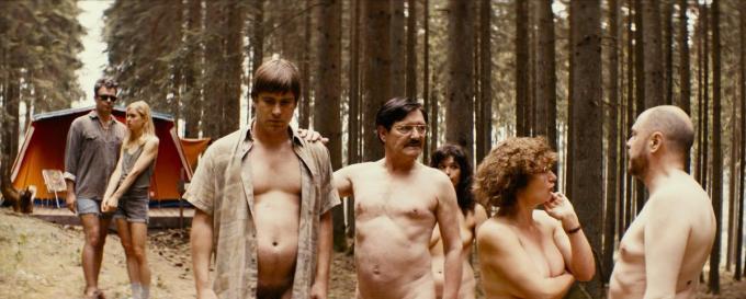 Patrick Janssens speelt in De Patrick een personage dat een existentiële crisis doormaakt op een naturistencamping. (GF)