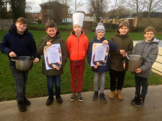 Leerlingen van de vrije school De Vlam nodigen uit om het 50ste mosselsouper.© (Foto EG)