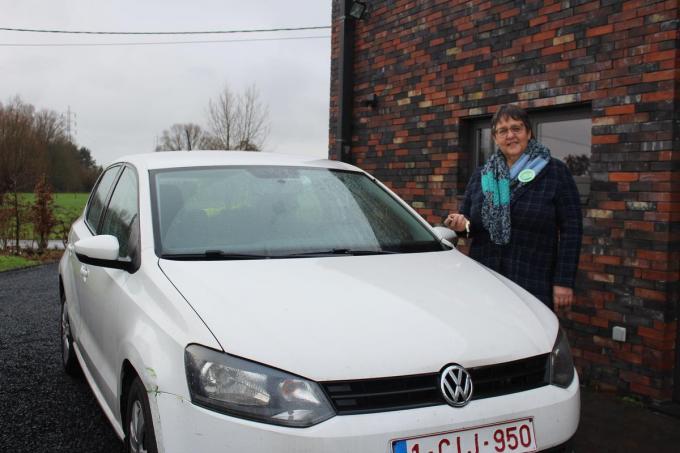 Inge Vandevelde (Groen) heeft haar eigen wagen laten opnemen in het systeem van autodelen van de Gentse vzw Dégage. (foto DJW)
