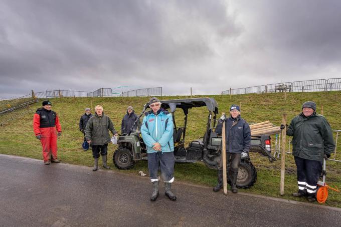 In weer en wind bereiden vrijwilligers het parcours voor. (foto LC)©Luc Cassiman