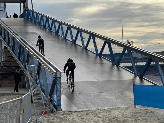 Enkele jonge renners mochten woensdag al eens proeven van de imposante brug waar de renners over moeten. Het is nog niet zeker dat zij dit weekend navolging krijgen.© foto JRO