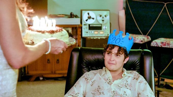De jonge Clément viert zijn twintigste verjaardag en dat gaat niet onopgemerkt voorbij. (Foto VTM)