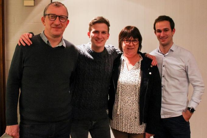 Dat Simon dé Krak van Oudenburg is, wordt door zijn ouders Rik Vanhessche en Caroline Knockaert en broer Sam met trots onthaald.©LIN LIN