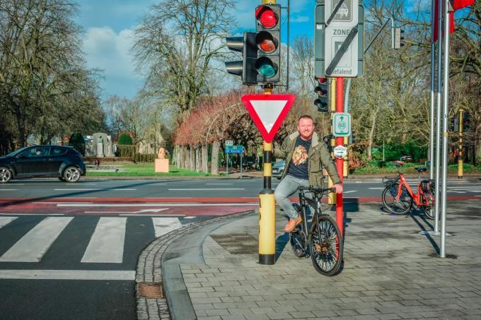 Schepen Axel Weydts bij het kruispunt thv Astridpark waar fietsers voortaan rechtsaf mogen bij rood licht.© (Foto Kortrijk)