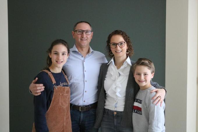 Kelly Steen met haar partner Kris Debergh en de kinderen Hylke en Rube.© ACK