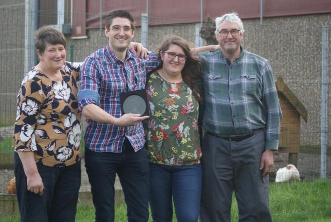 Lieven Luyssen – hier met mama Josiane, zus Sophie en vader Frank – toont trots zijn Krak-trofee. Lieven kreeg ook een filmpje met gelukwensen van burgemeester Liefooghe en die andere toneelkrak: Kurt De Ruyter.©Anne Bovyn Anne Bovyn