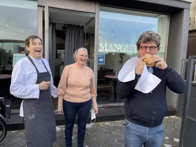 Peter Moyaert en Lieve Debruyne van restaurant Mange-Tout kijken toe hoe Bart Tommelein een hap neemt van de 'Big Tommelein'.© Jeffrey Roos