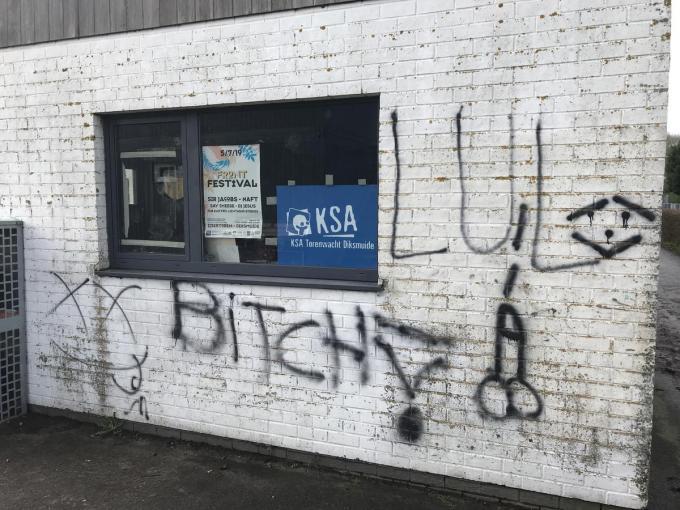 De vandaal bracht schunnige woorden en beelden aan.© JH