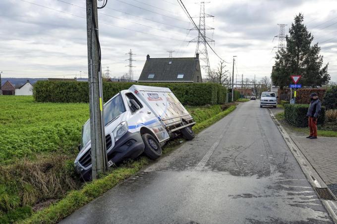 De bestelwagen kwam in de gracht tot stilstand.© CLL