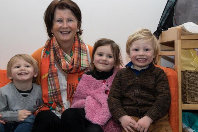 """Leen Hinnekinet samen met enkele kindjes van kinderopvang Knuffel: Brajan, Esther en Juul: """"Het zorgen zit voor een stuk in mijn bloed.""""©Emely Vanhaecke EV"""