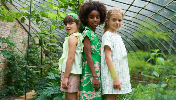 Kleur voor een ongedwongen lentefeest. V.l.n.r.: fluotop (100 euro) en short (82 euro), groene jurk (132 euro) en gestreepte jurk (112 euro), van Maan.© Maan
