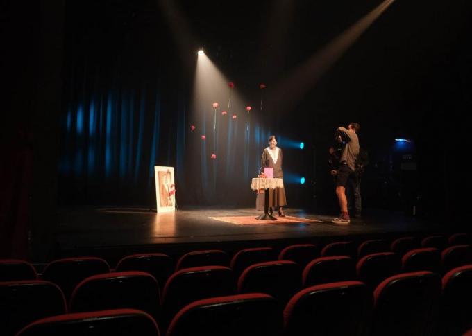 Viviane in het (nagemaakte) kleed van haar groottante tijdens de opnames in het Fakkeltheater.© MM