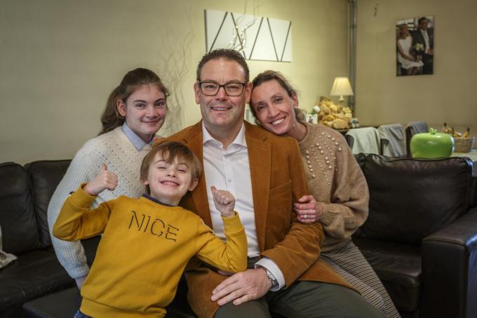 Jempi Jooren met zijn vrouw Jill Vermander en hun kinderen Eline en Maxim, waarmee hij langs de Familie Devosstraat woont.©jan_stragier;Jan Stragier Jan Stragier