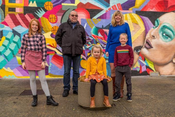 Luc Vermeersch, hier met zijn kleinkinderen Zoë, Emma en Tijs en dochter Joke, is apetrots op zijn Krak-titel.©Wouter Meeus Wouter Meeus