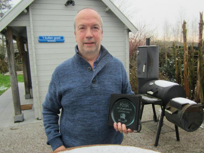 """Ray Clincke met de trofee die hij kreeg als Krak van Ruiselede: """"Ik maakte een tekstje over de nominatie en dat ging echt viraal.""""© RV"""