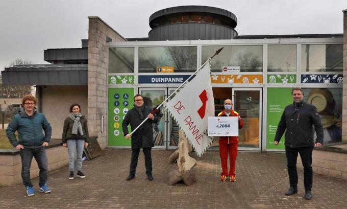 V.l.n.r. Emanuel Demey (centrumleider PB Duinpanne), Nel De Crits (waarnemend directeur Toerisme De Panne), Jurgen Vanlerberghe (gedeputeerde provincie West-Vlaanderen), Ivan Bossant (verantwoordelijke Communicatie en Werving van de Rode Kruisafdeling De Panne-Adinkerke) en Bram Degrieck (burgemeester De Panne).© MVO