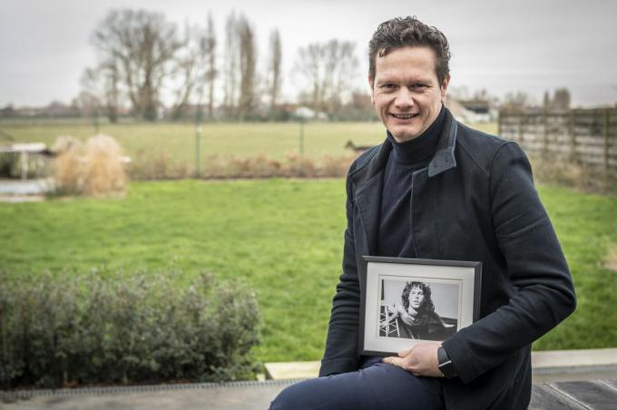 Lieven Vandecandelaere met een foto van Jim Morisson, een van de vele foto's die hij verzamelt. (foto SB)©STEFAAN BEEL Stefaan Beel