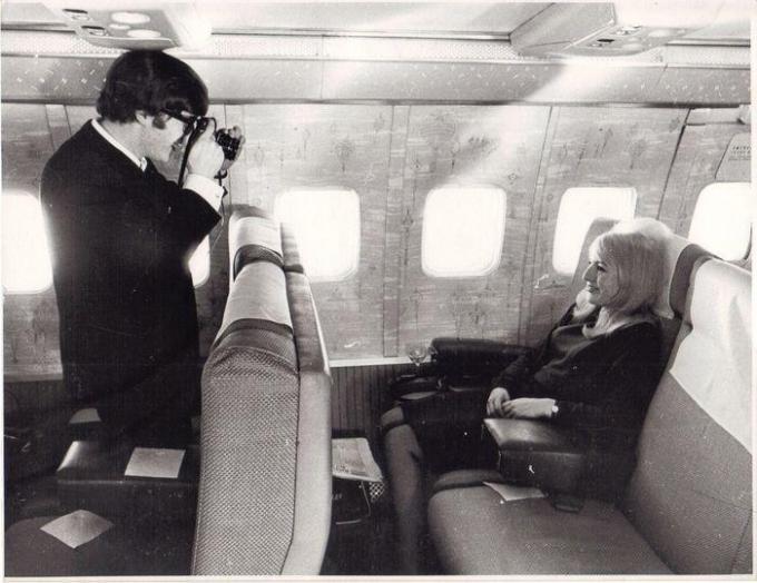 De bewuste foto van John Lennon, terwijl hij een foto trekt van zijn eerste vrouw Cynthia. (gf)