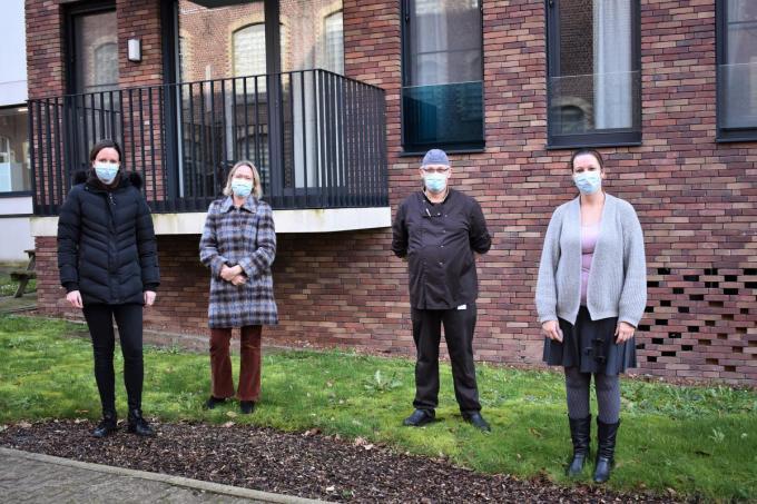 In Domein Kloosterhof (met uiterst rechts op de foto coördinator Veerle Holsbeke) zijn ze niet opgezet met de verplichting om alle bewoners in het vaccinatiecentrum van Tielt te laten inenten. (Foto TVW)©TOM VAN HOUTTE