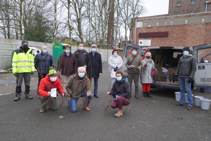 De leden van Curieus, en de burgemeester en schepen samen met enkele mensen die boompjes kwamen afhalen.© LB