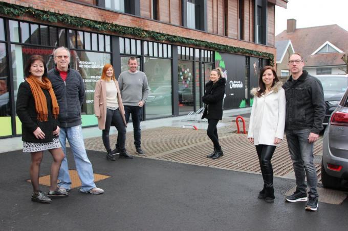 De familie Verbrugge mag met trots poseren voor hun nieuwe stek. We zien vlnr. Marie-Anne Demuynck, Hedwig Verbrugge, Eliene Verbrugge, Brecht Rosselle, Sarah Verbrugge, Nathalie Verbrugge en Miguel Seynhaeve. (foto Jan)