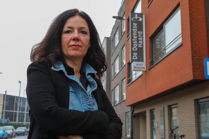 """Vanessa Vens voor het kantoor van de Oostendse Haard: """"Ik laat me hier niet door afschrikken.""""© Peter Maenhoudt"""