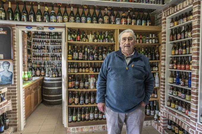 Daniël Hoornaert verzamelde 25 jaar lang bierflesjes van over heel de wereld. (foto JT)