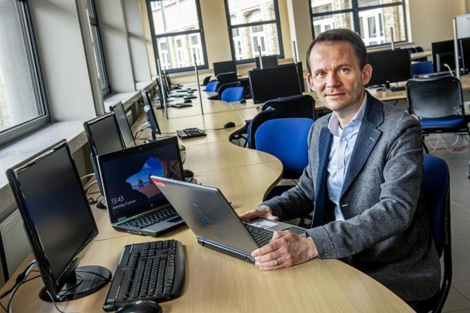 """Dieter De Praitere, adjunct-directeur van de Heilige Familie in Ieper: """"Onze school heeft 35 laptops nodig.""""© Joke Couvreur"""