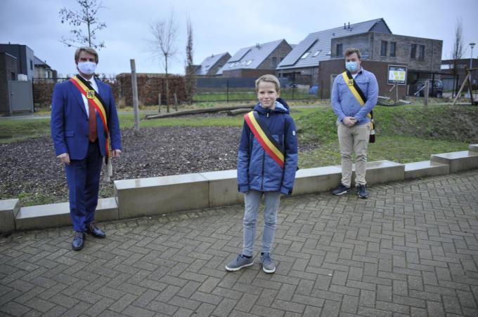 Burgemeester Jan de Keyzer, Kinderburgemeester Mathijs De Metter en schepen van Jeugd Sam Vande Caveye.© GST