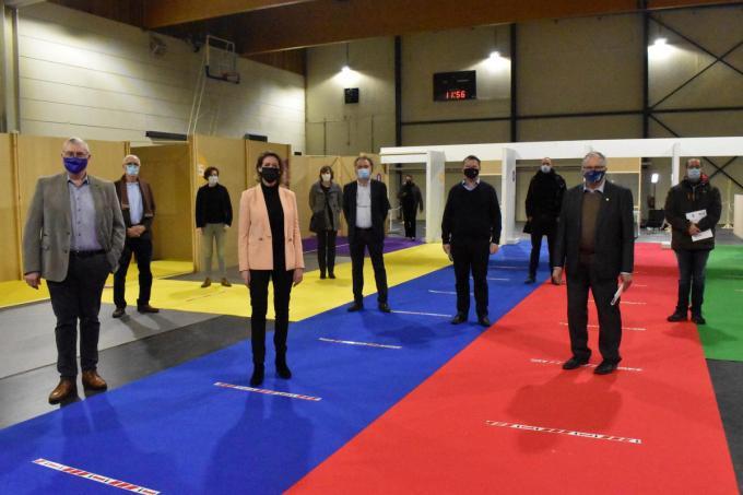 Burgemeesters van de betrokken gemeenten en medewerkers poseerden in Sporthal 2 in Ieper die door de technische dienst van Ieper, onder leiding van Stijn Fertin, werd ingericht.© EG
