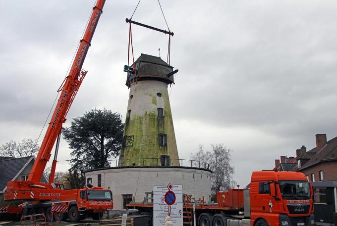 Zowat een jaar geleden werden de grote middelen ingezet om de molenkap terug te plaatsen.©geert vanhessche